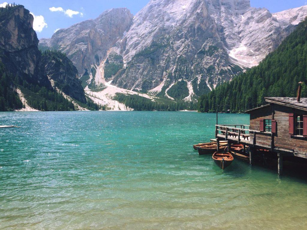 Weekend al Lago di Braies: dove alloggiare, dove parcheggiare, noleggio barche e tante informazioni utili