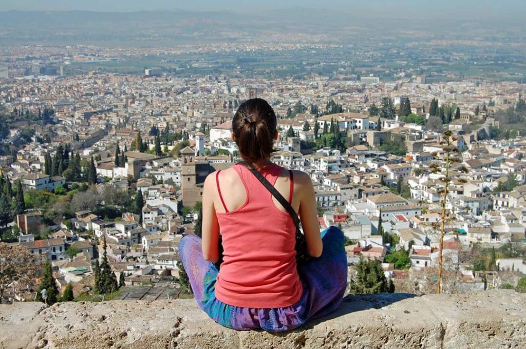 ragazza Expat che si è trasferita in Spagna per studiare osserva il panorama su una città spagnola