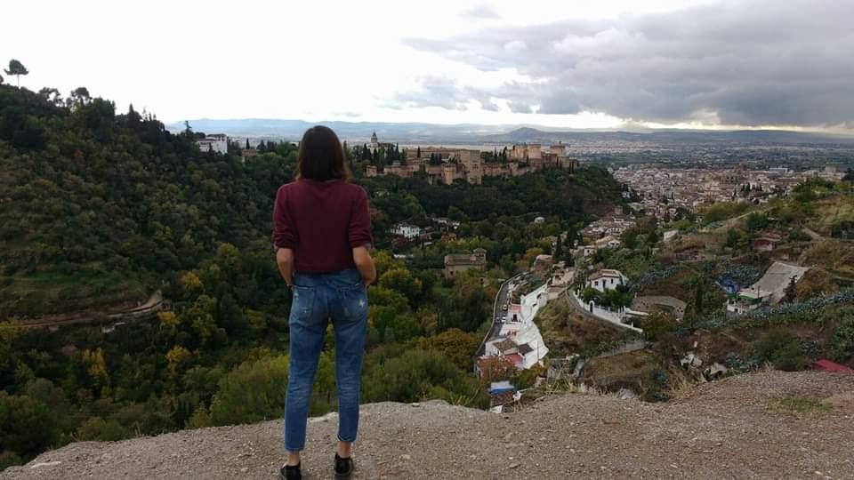 ragazza Expat trasferita in Spagna per studiare ammira il panorama