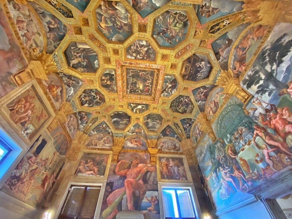 dipinti nella stanza di amore e psiche interno del Palazzo Te a Mantova
