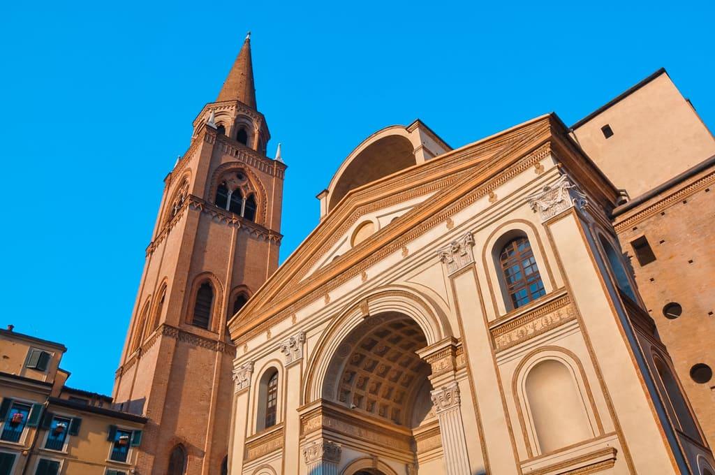 Facciata della Basilica di Sant'Andrea da vedere a Mantova in un giorno
