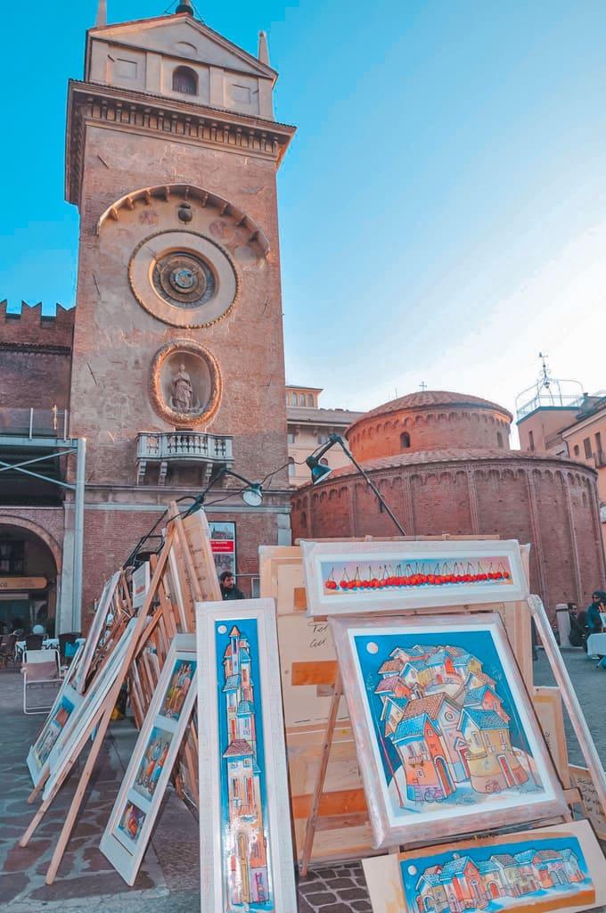 Quadri di artisti di strada nella piazza delle erbe di Mantova