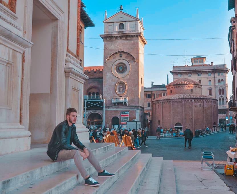 Ragazzo seduto sulla scalinata nella piazza delle Erbe