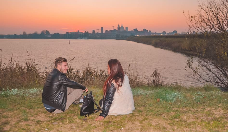 coppia felice osserva la vista panoramica sulla città di Mantova