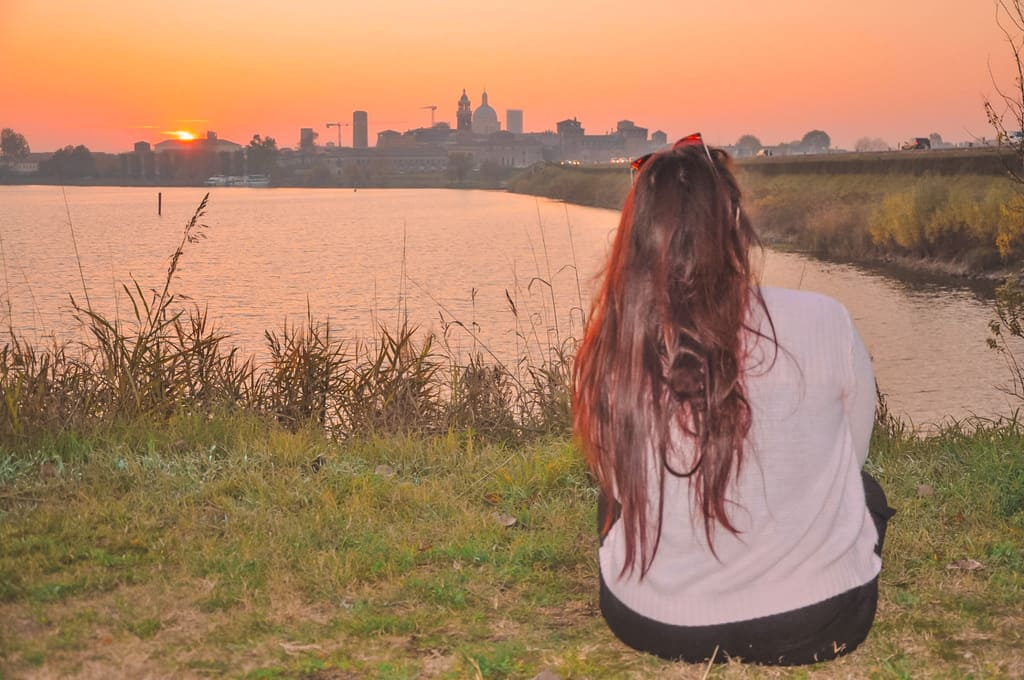 Ragazza osserva il panorama su Mantova durante il tramonto