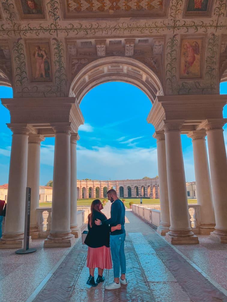 Coppia passeggia nei Giardini interni del Palazzo Te a Mantova