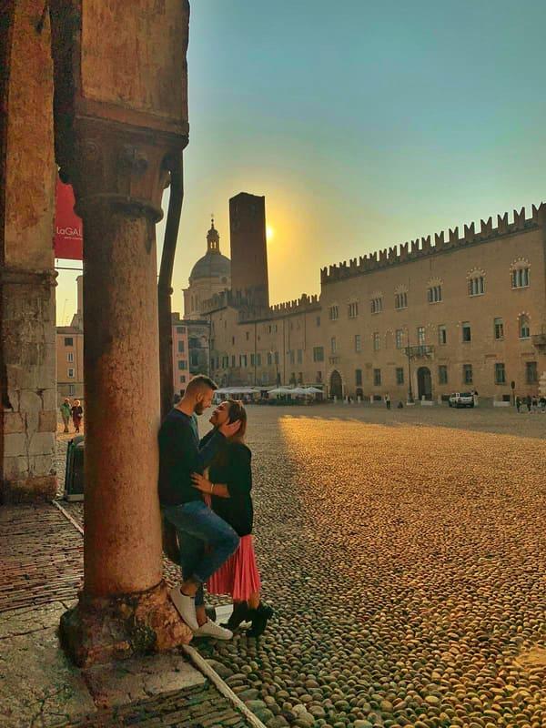 coppia di innamorati nella piazza di Sordello a Mantova durante il tramonto
