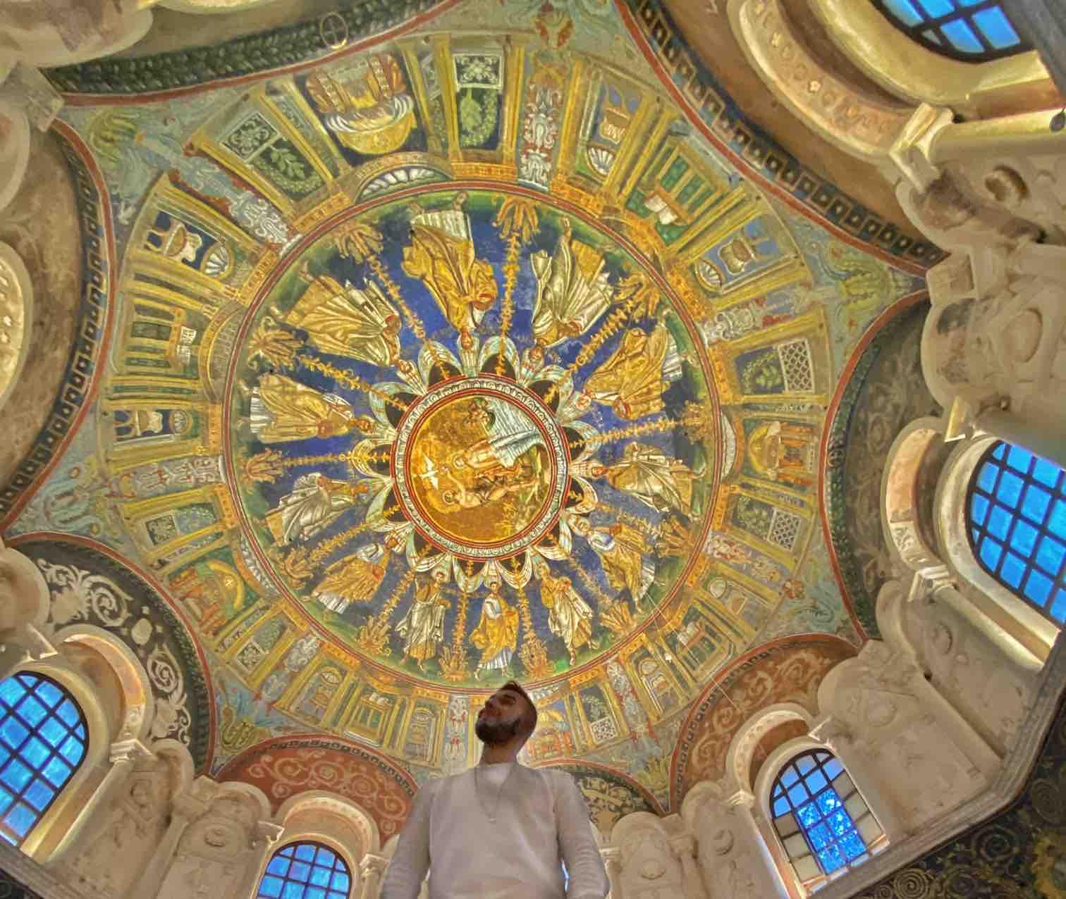 Ragazzo ammira la cupola del battistero dei neoniani ortodossi a Ravenna da vedere in un viaggio di due giorni o weekend a Ravenna
