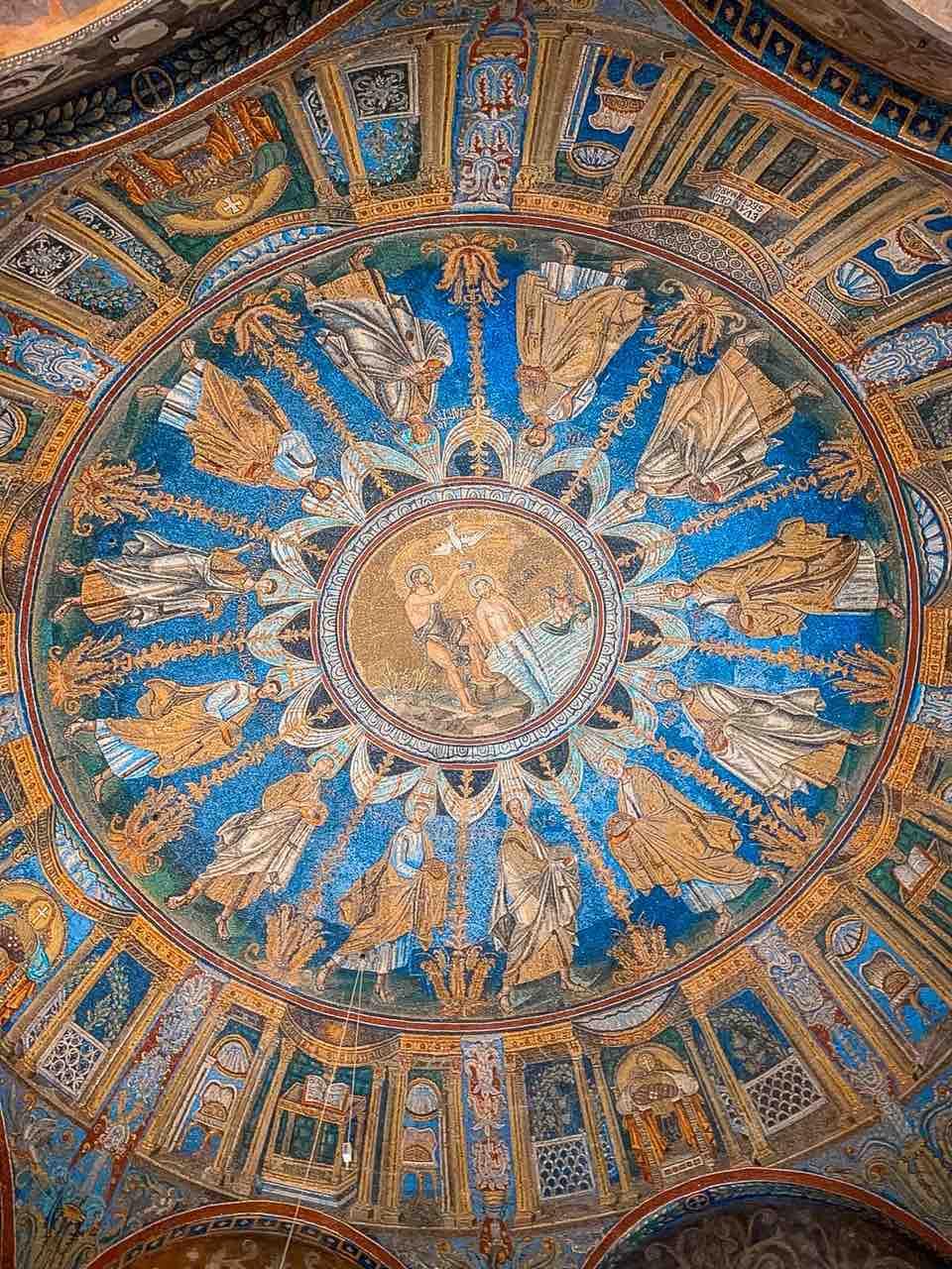 Bellissimo mosaico del battistero dei neoniani ortodossi da vedere in due giorni a Ravenna