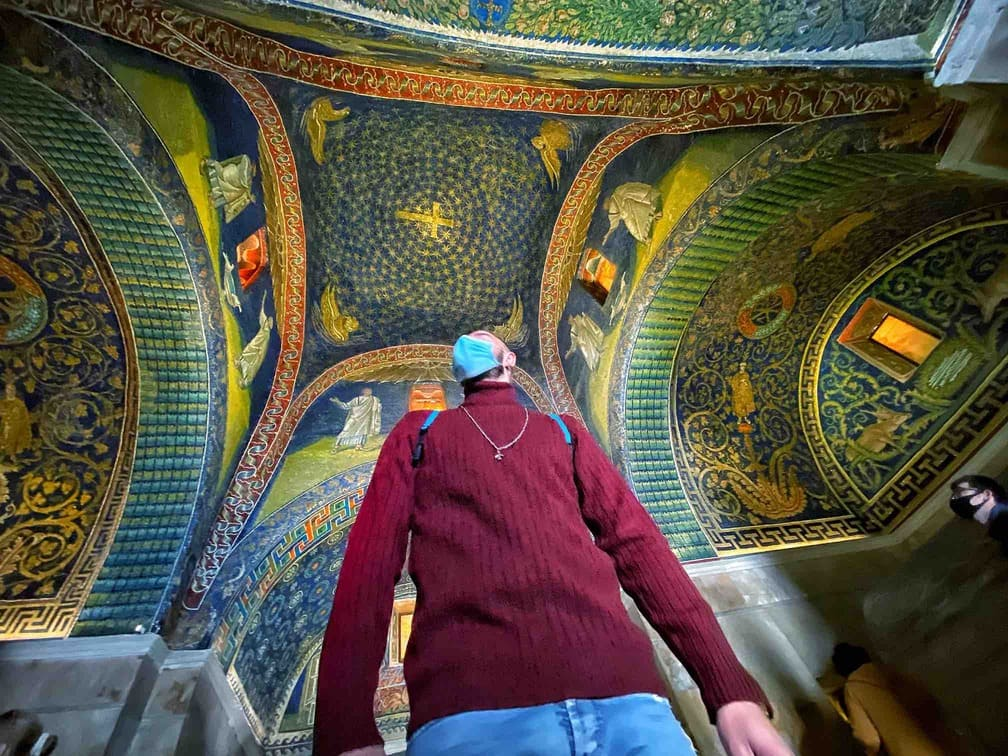 Ragazzo ammira i mosaici del Mausoleo di Galla Placidia da vedere a Ravenna in due giorni