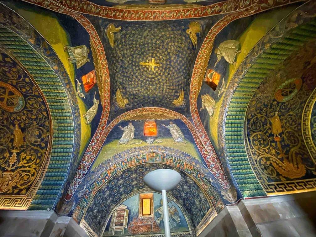 Interno del Mausoleo di Galla Placidia con i suoi bellissimi mosaici da vedere a Ravenna in due giorni