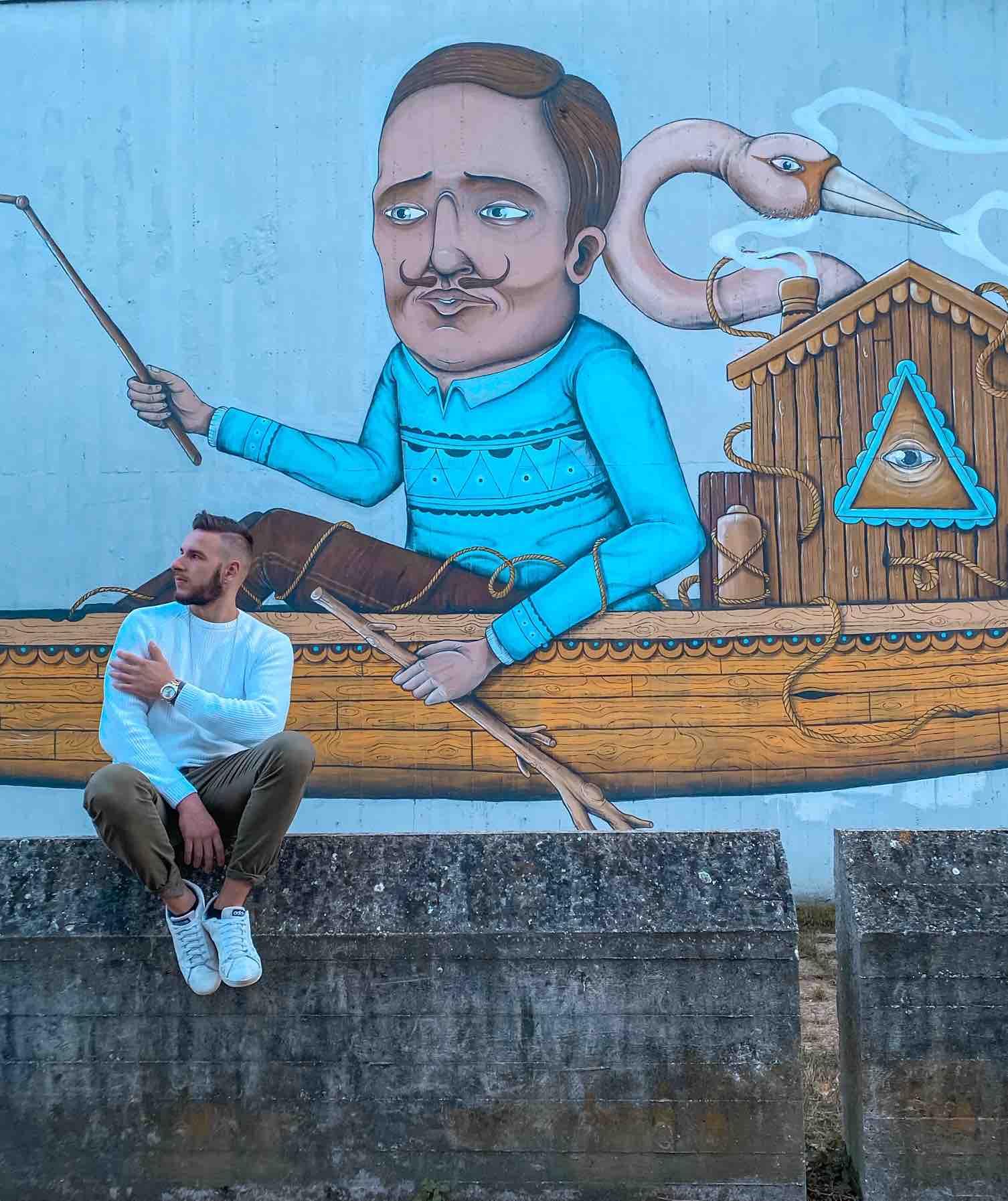 ragazzo ammira splendo murales nella città di Ravenna da vedere in un weekend