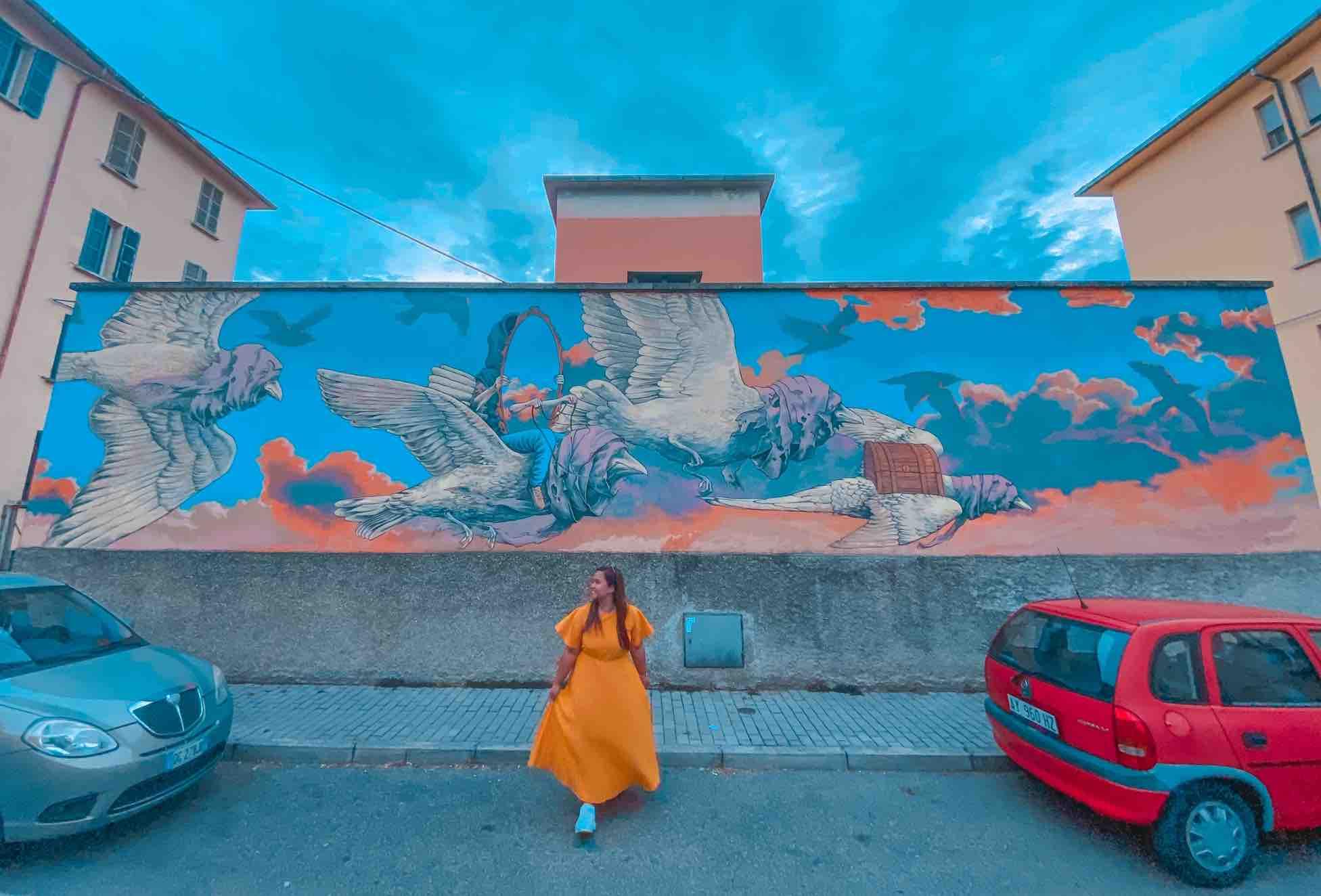 ragazza ammira uno splendido murales a Ravenna da vedere assolutamente in due giorni nella città dei mosaici