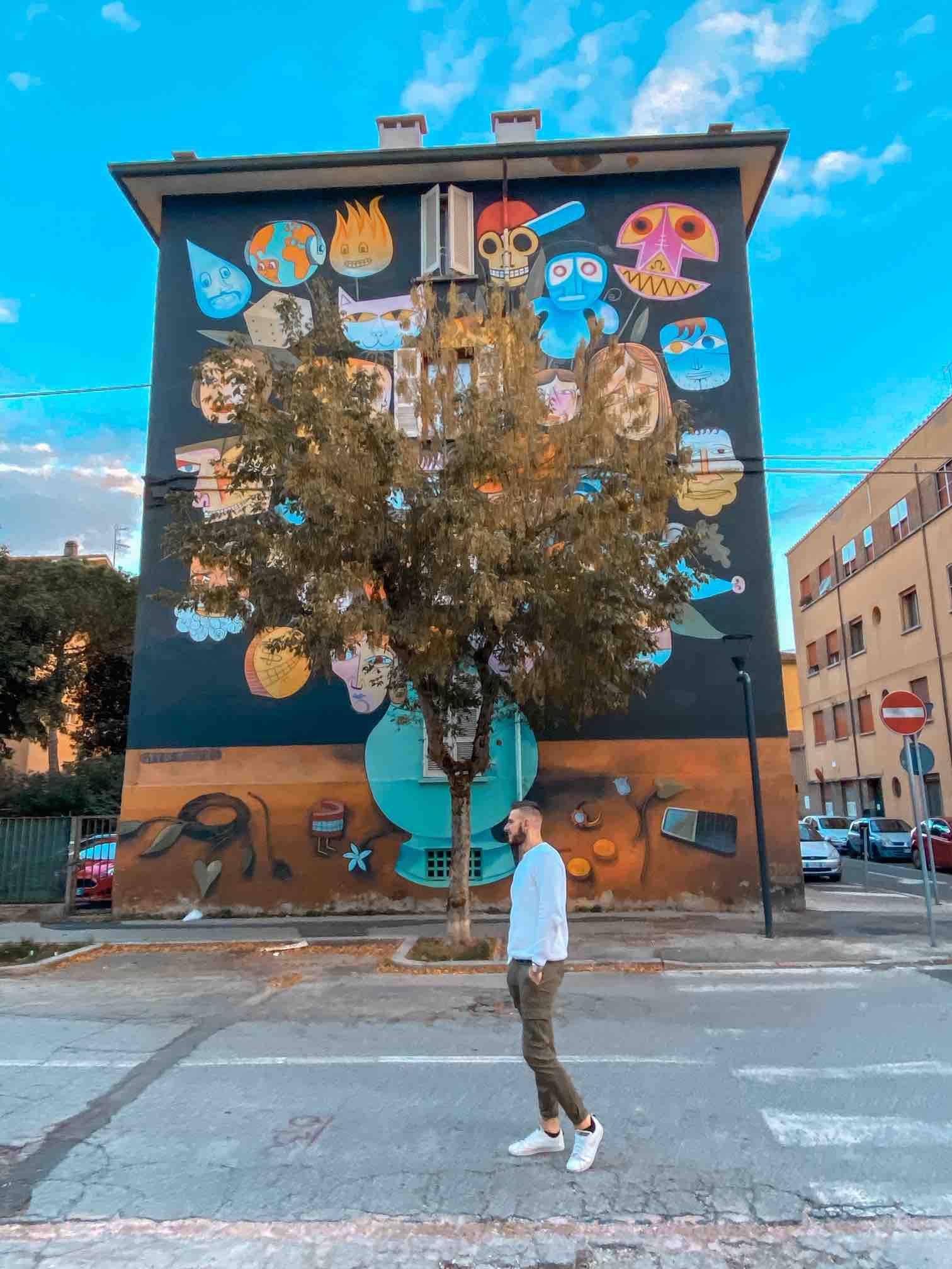 Ragazzo ammira un murales da vedere in due giorni a Ravenna