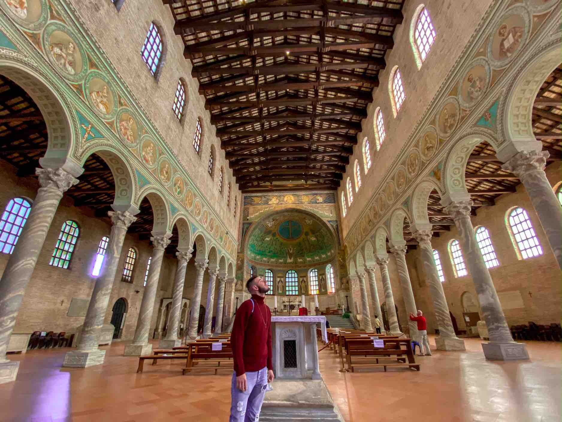 ragazzo ammira interno di sant'Apollinare in classe da vedere in due giorni a Ravenna