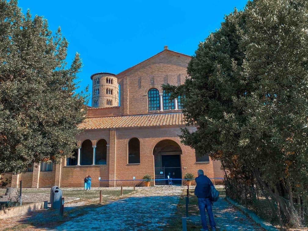 esterno della basilica Sant'Apollinare in Classe da vedere a Ravenna in 48 ore