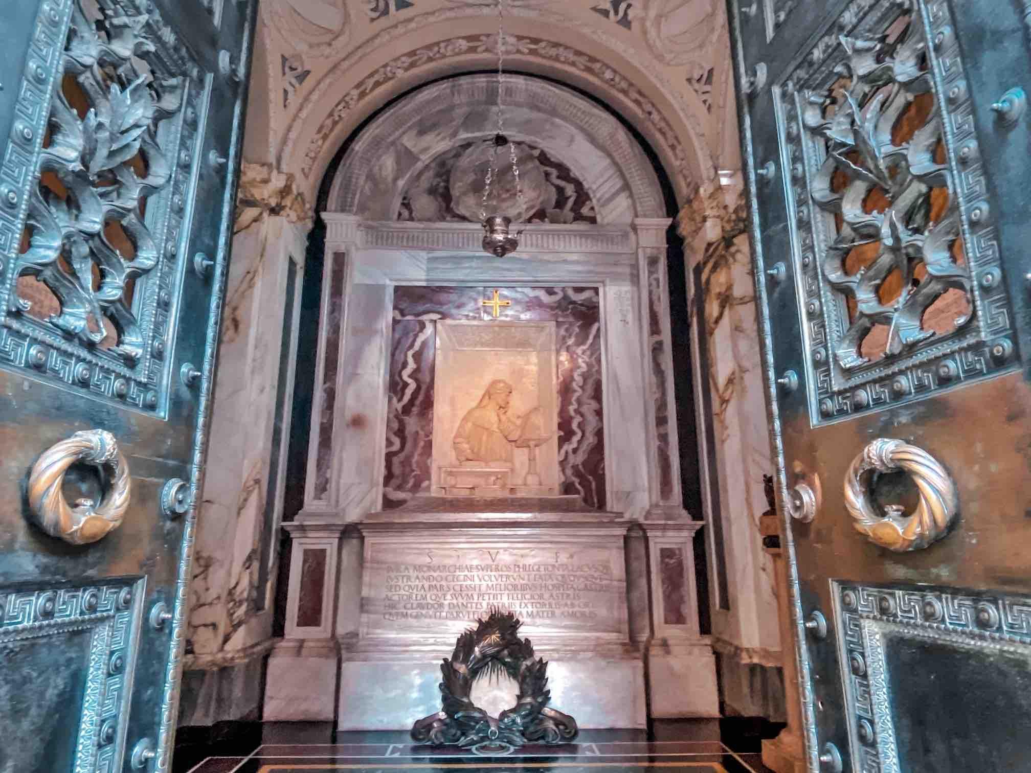 Tomba di Dante all'interno da vedere in un viaggio di due giorni o weekend a Ravenna