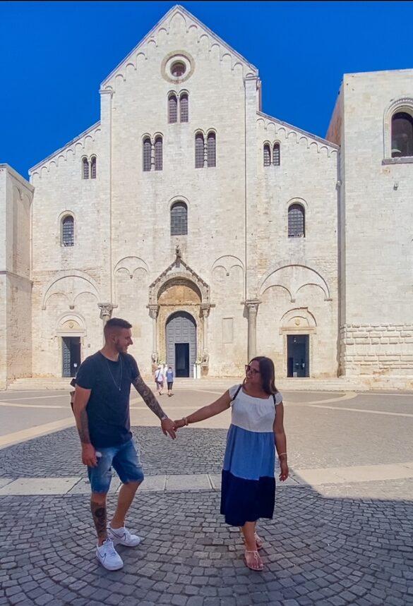 Coppia davanti alla bellissima Basilica di San Nicola a Bari in Puglia
