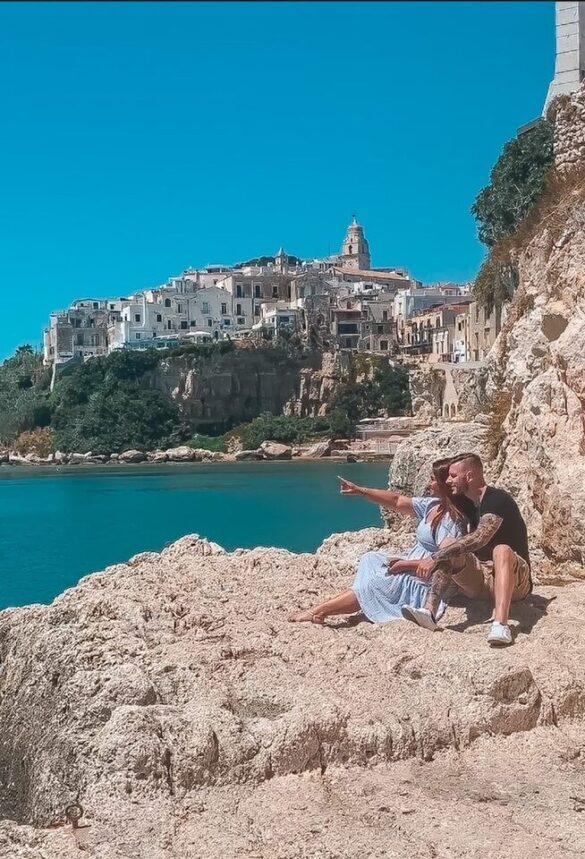 coppia ammira il panorama su Vieste primo giorno itinerario una settimana Puglia