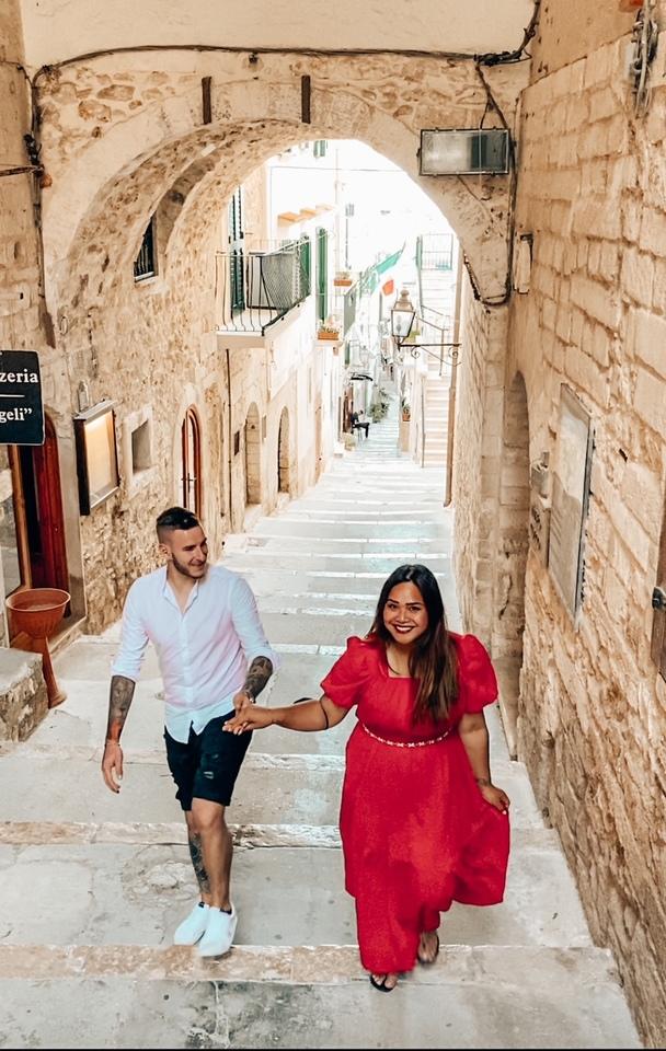 Coppia felice su un vicolo instagrammabile di Vieste Dove fare foto