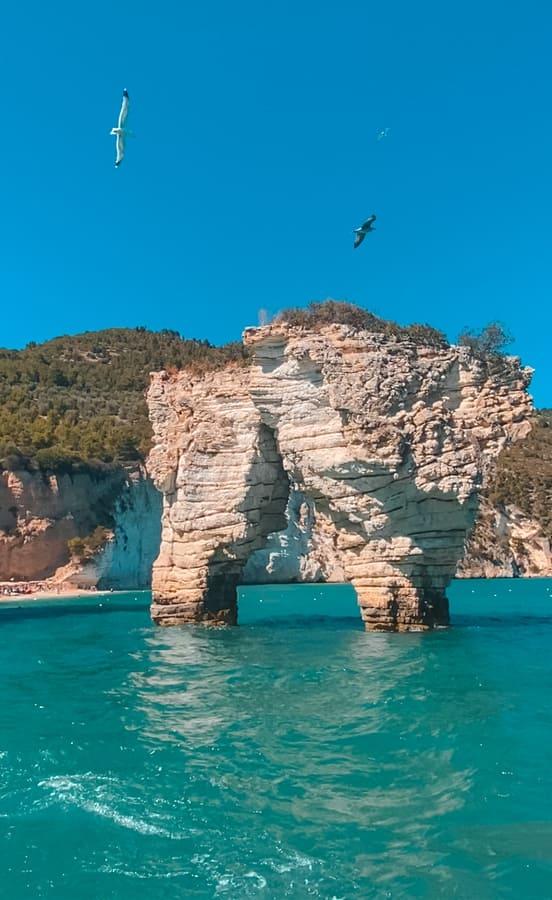 bellissimo faraglione della Baia delle Zagare nel Gargano, vista il terzo giorno del nostro itinerario di una settimana in Puglia durante l'escursione in barca sulla costa Garganica