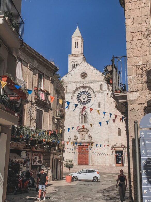 Vicolo da cui si vede la Cattedrale di San Sabino a Bari in Puglia