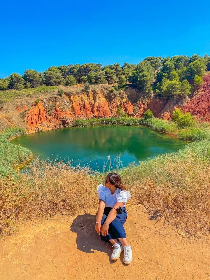 Ragazza seduta nel punto panoramico sulla cava di Bauxite in Puglia
