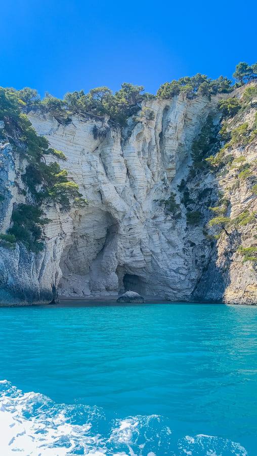roccia costa garganica vista il terzo giorno del nostro itinerario di una settimana in Puglia durante l'escursione in barca sulla costa Garganica