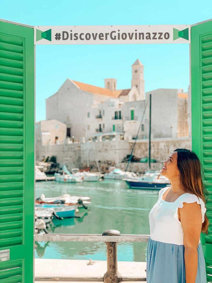 Ragazza davanti alla Finestra sul mare con vista panoramica sul Porto e centro storico di Giovinazzo