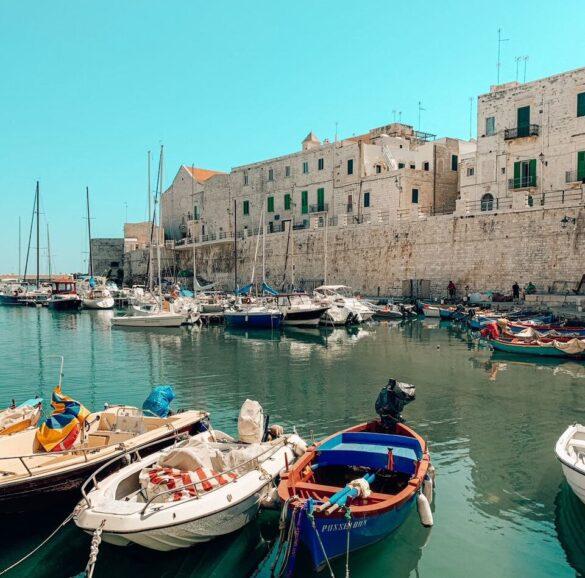 Barche colorate nel bellissimo Porto di Giovinazzo e sullo sfondo il centro storico di Giovinazzo