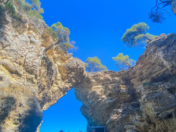 Arcata della Grotta della pubblicità di Armani vista il terzo giorno del nostro itinerario di una settimana in Puglia durante l'escursione in barca sulla costa Garganica