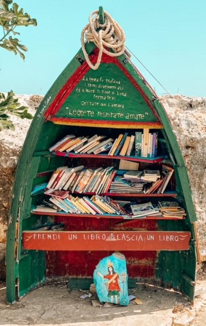 Libreria verde in una spiaggia di Polignano