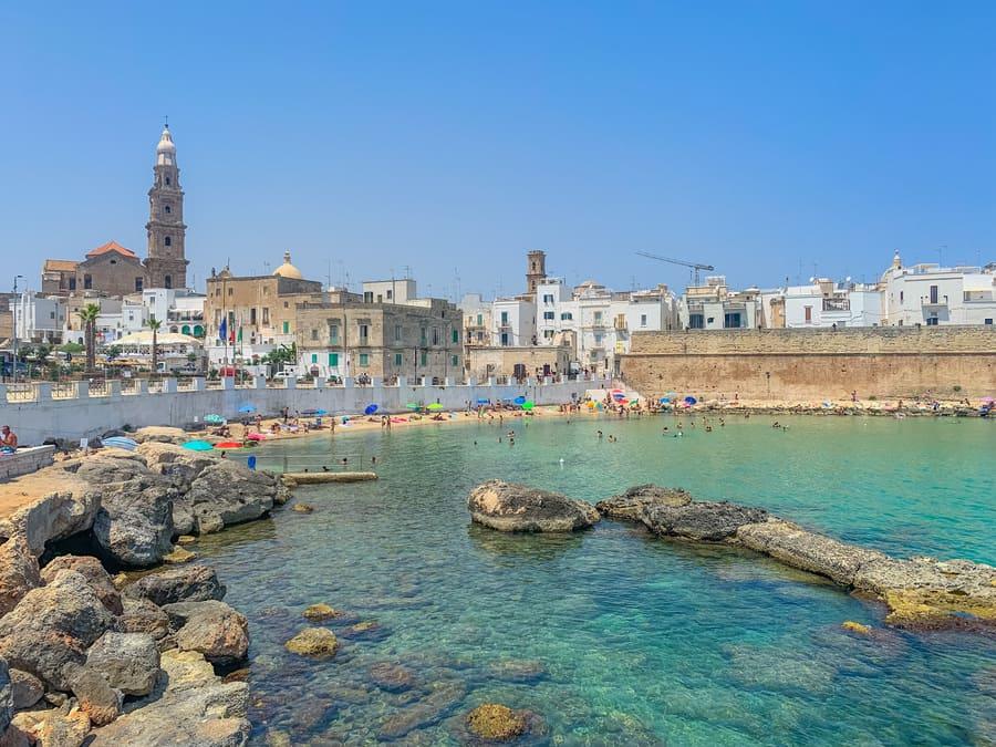 bellissima vista panoramica sul mare di Cala Porta Vecchia e centro storico di Monopoli in Puglia