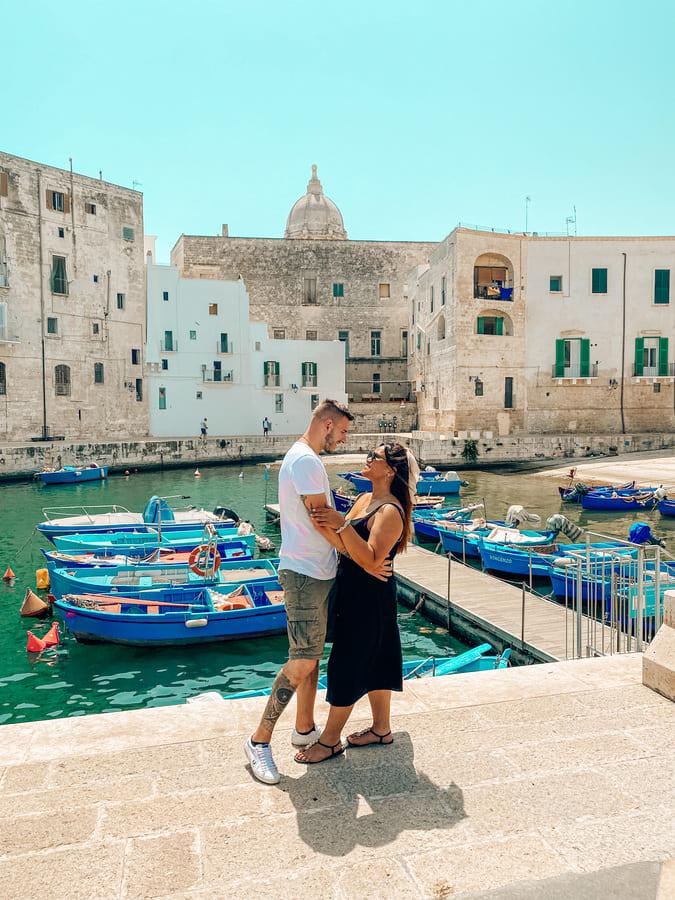 innamorati si guardano a vicenda nel bellissimo porto antico di Monopoli