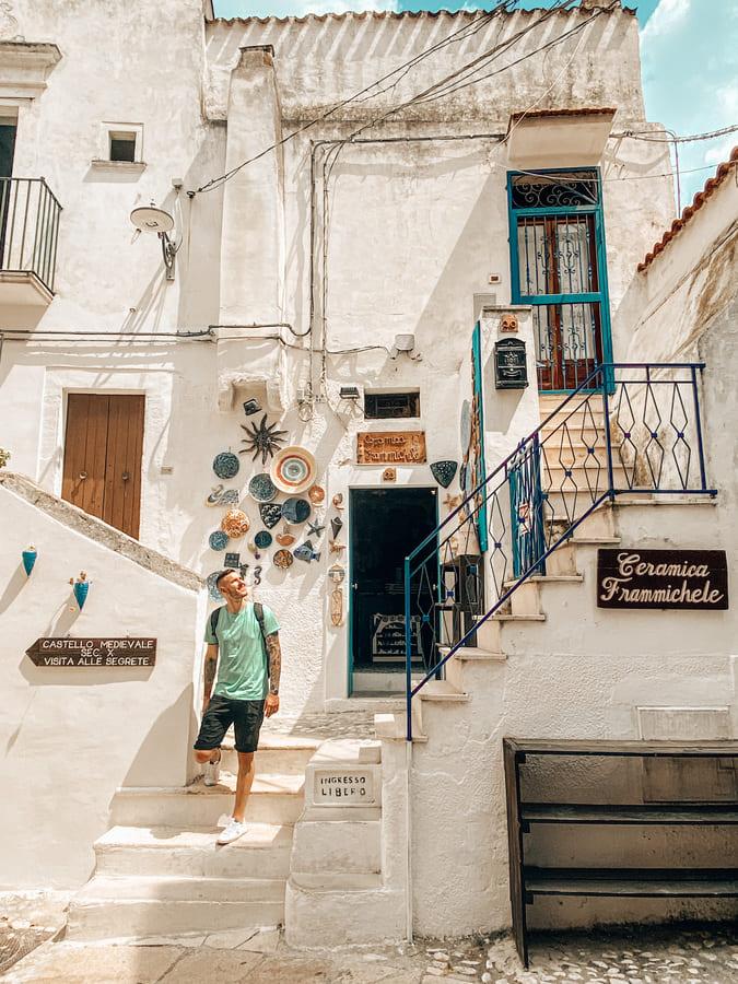 Ragazzo sulla scalinata di un negozio instagrammabile di Peschici