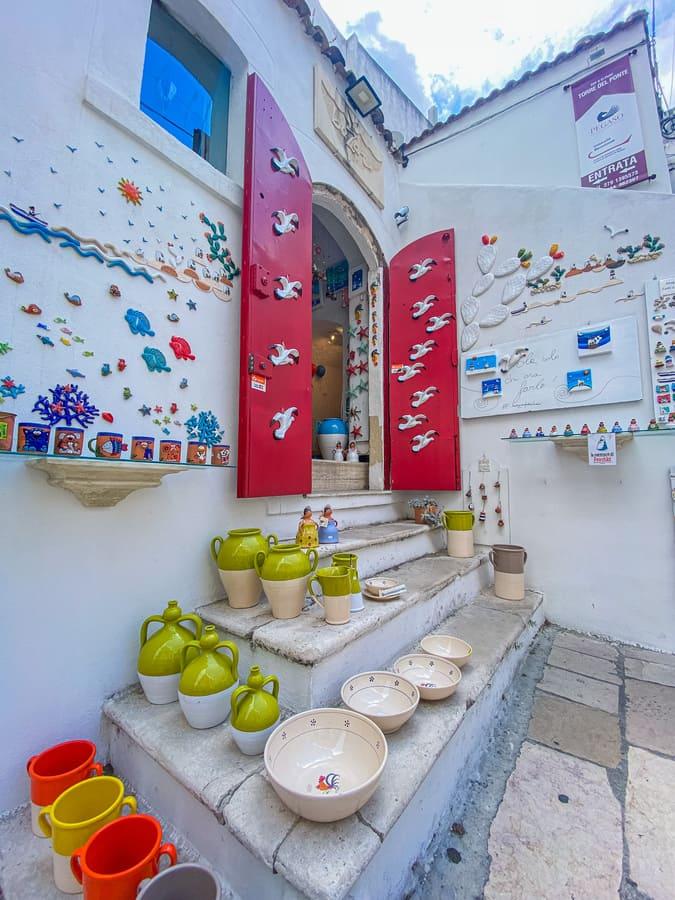 Bellissimo negozio di Peschici con meravigliose decorazioni ed esposizioni