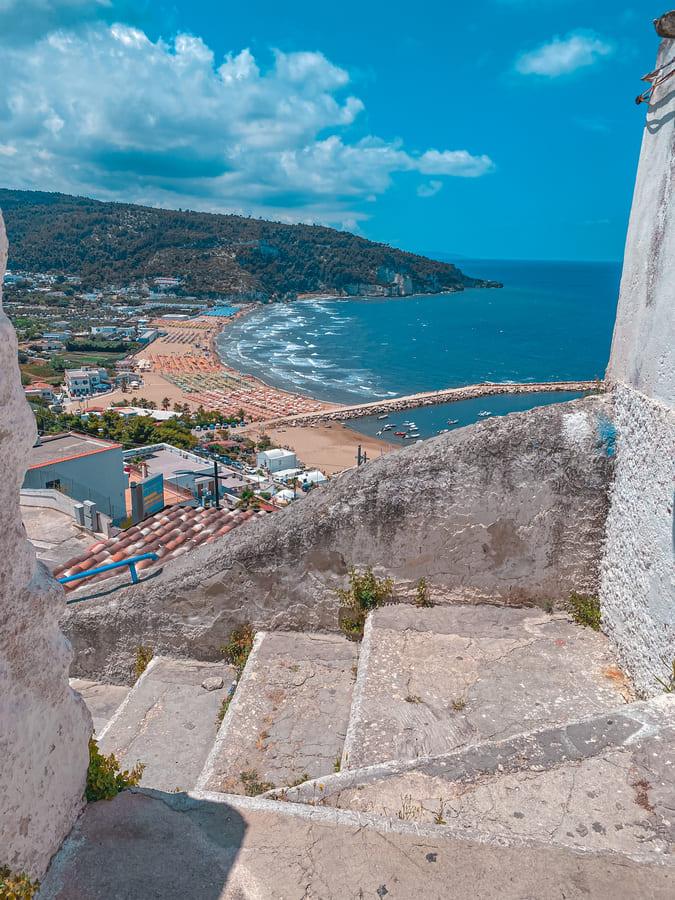 scorcio sul mare di Peschici da una scalinata del centro storico