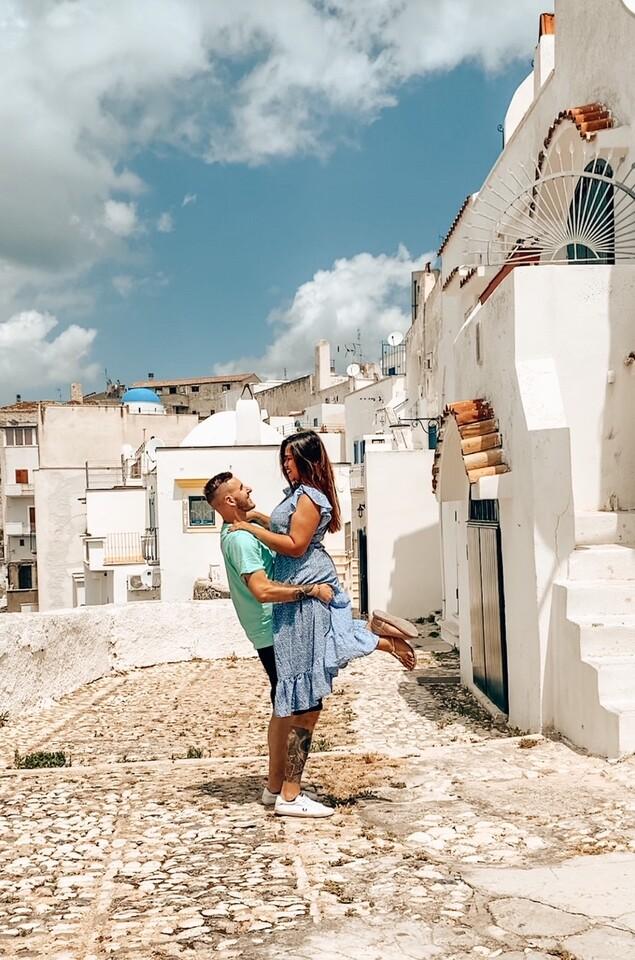 coppia vicolo Peschici primo giorno itinerario una settimana Puglia