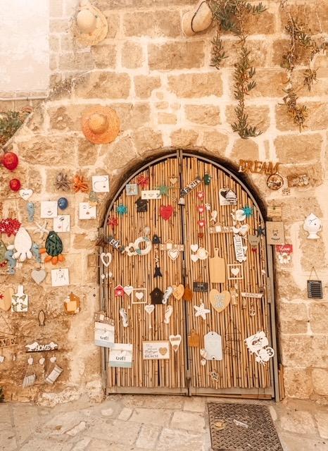 parete di Polignano pieno di decorazioni instagrammabili