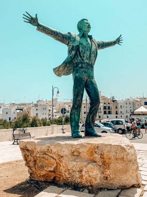 Bellissima Statua di Modugno da fotografare a Polignano