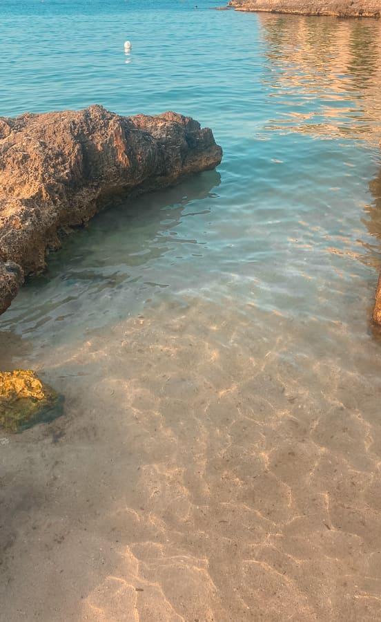 mare di Monopoli con acqua limpidissima della spiaggia di Porto Ghiacciolo