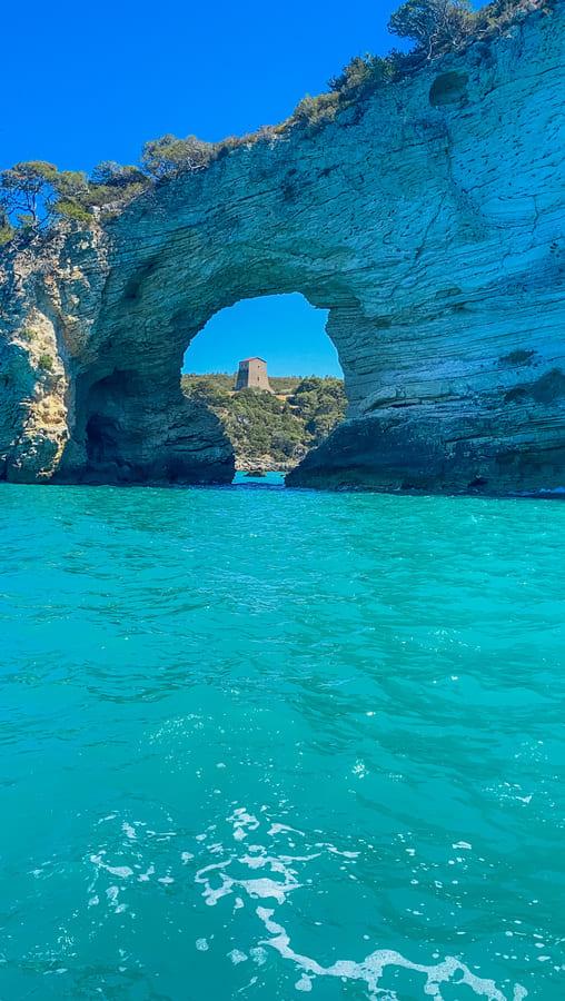 arco di San Felice con panorama sulla Torre di San Felice vista il terzo giorno del nostro itinerario di una settimana in Puglia durante l'escursione in barca sulla costa Garganica