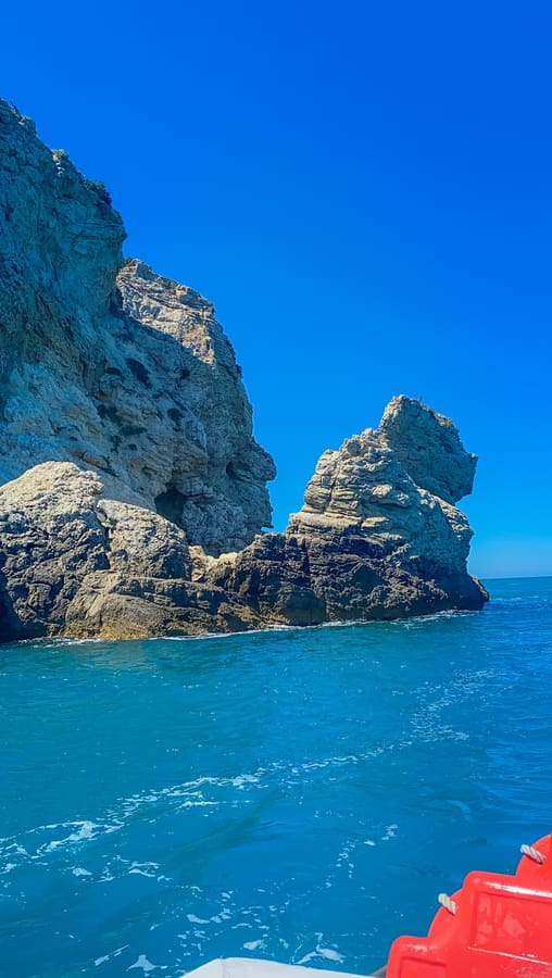 sperone dello stivale dell'Italia con la forma di una faccia umana vista il terzo giorno del nostro itinerario di una settimana in Puglia durante l'escursione in barca sulla costa Garganica