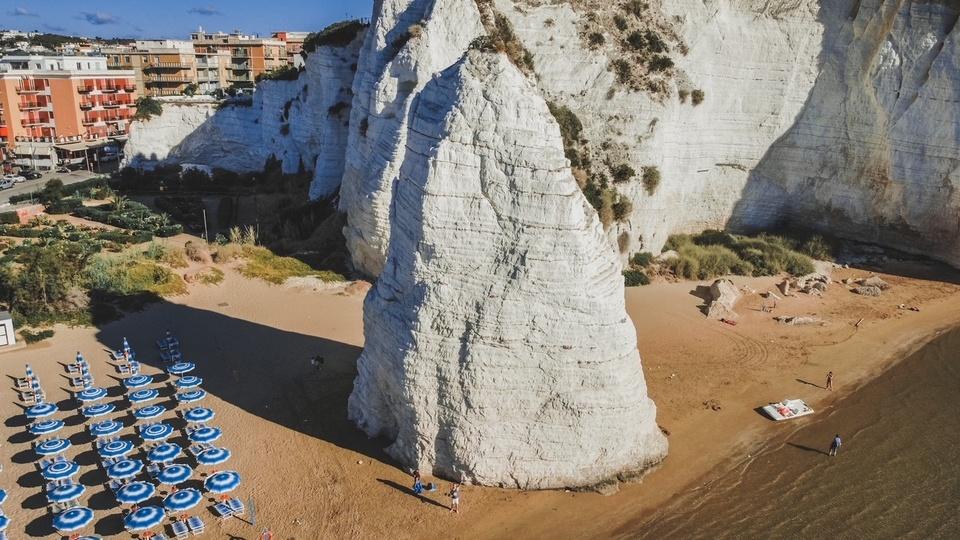 Roccia Pizzomunno a Vieste visto dal drone primo giorno itinerario una settimana Puglia