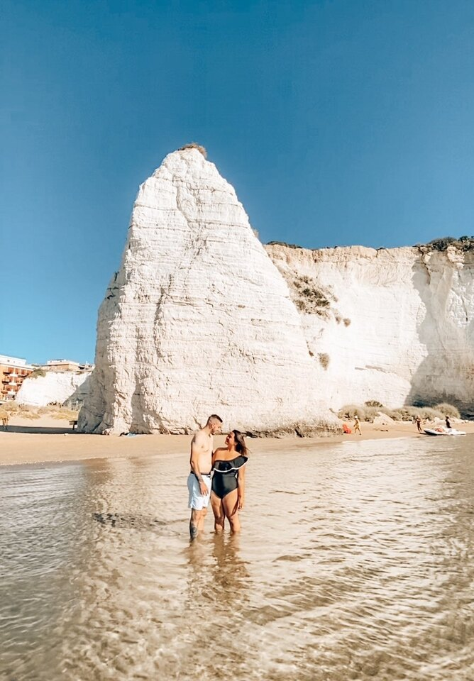 coppia mare roccia Pizzomunno Vieste Gargano primo giorno itinerario una settimana Puglia