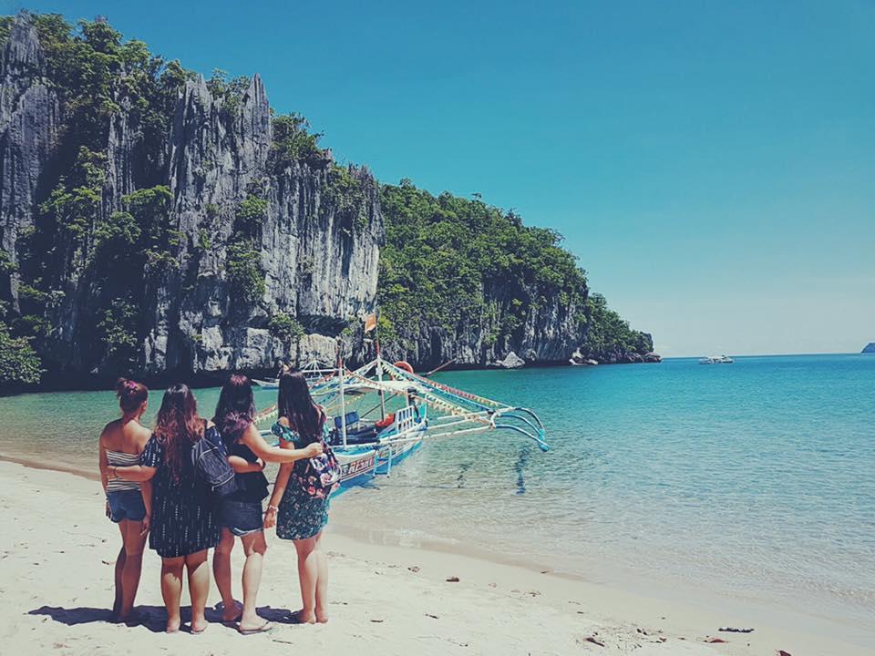 gruppo di ragazze che ammira la baia dell'isola del fiume sotterraneo nelle Filippine