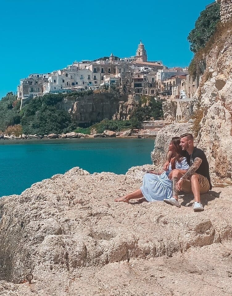 coppia ammira il panorama sulla roccia instagrammabile dove fare foto a Vieste