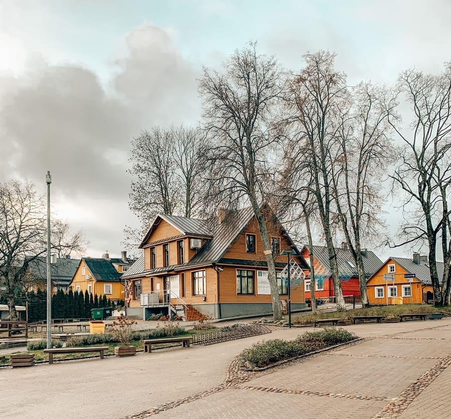 bellissime case colorate nei dintorni del castello di Trakai in Lituania