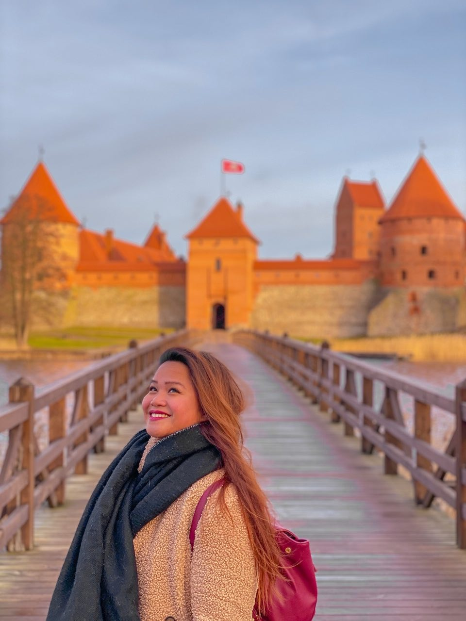 ragazza felice di visitare il castello di Trakai in lituania_