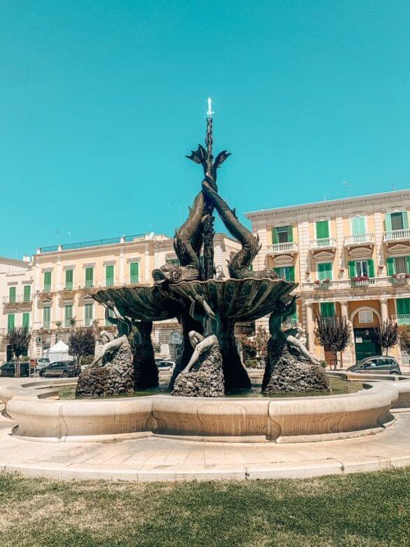bellissima fontana dei tritoni nella Piazza Vittorio Emanuele II di Giovinazzo